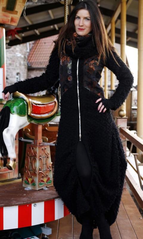 Langer Mantel mit Kapuze und Schlauchschal